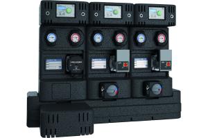 """Drei PAW-Pumpengruppen der Serie """"HeatBloC MC"""" auf einem Heizkreisverteiler mit Kommunikationsset."""
