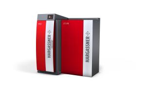 """Der """"Nano-PK"""" Pelletskessel mit einer Stückholzheizung als Kombikessel in einem Heizungskeller."""