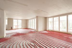 Unterschiedliche Heizkreislängen in Fußbodenheizungen bedingen unterschiedliche Druckverluste. Derzeitiger Standard ist, den hydraulischen Abgleich über feste Widerstandswerte an den Ventileinsätzen herzustellen. Damit sind jedoch Energie- und Komfortverluste verbunden.