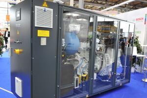 Das Buderus BHKW-Kompaktmodul Loganova EN 50 auf dem Stand von Bosch KWK Systeme.