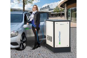 Eine Frau lädt ein Elektroauto auf.