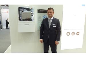 """ATAG-Geschäftsführer Michael Bachmann vor einem Gerät der neuen Gas-Brennwert-""""i""""-Serie vor."""