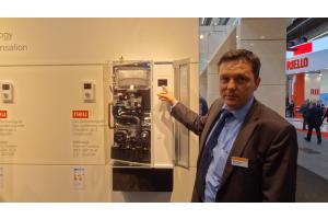 """Peter Bolkart von Weishaupt stellt das neue  Gas-Brennwertgerät """"Thermo Condens WTC-GW B"""" vor."""
