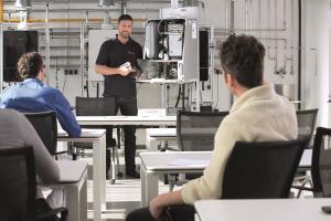 In speziellen Schulungen vermittelt Junkers Bosch seinen Fachpartnern Vernetzungstechniken für das digitale Setup und erklärt die Funktionsweisen der neuen Apps und Services.