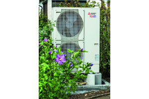 """Die """"Ecodan""""-Luft/Wasser-Wärmepumpe vor einem Haus."""