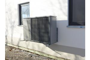 """Das Außengerät der Luft/Wasser-Wärmepumpe """"ThermoAura""""."""