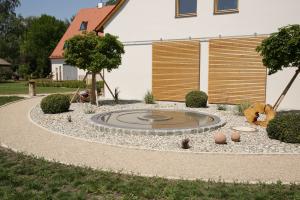 """Ein Neubau mit einem """"Naturwärmespeicher""""."""