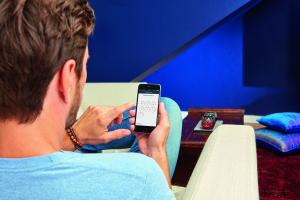 """Ein Mieter bedient die """"SmartHeating""""-App."""