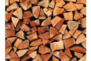 Übereinander gestapelte Holzscheite.