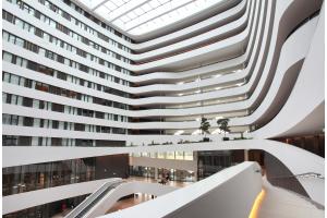 Das Atrium des Hilton Airport Schiphol Hotel.