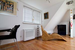 Ein Klimagerät in einem Wohnraum.
