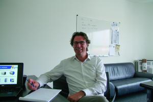 Martin Hochuli an seinem Schreibtisch.