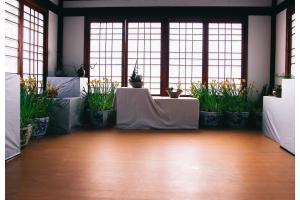Ein Zimmer mit Möbeln an der Wand und viel freiem Fußboden.