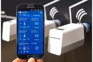 Eine App zur Steuerung der vernetzten Gebäudetechnik auf einem Smartphone geöffnet.