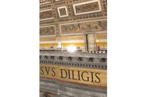 Inschrift mit neuer Beleuchtung im Petersdom.