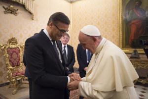 Osram-Vorstandschef Olaf Berlien mit Papst Franziskus.
