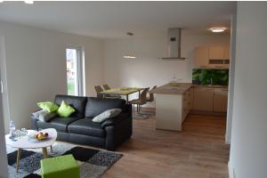 Ein Wohnraum im Boardinghouse Niedernberg mit bereits verlegter Fußbodenheizung und Parkettbelag.