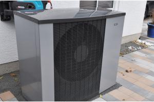 """Den Wärmepumpen-Typ Nibe-""""F2120"""" mit """"EVI""""-Technologie (Nassdampfinjektion für eine konstante Leistung auch bei tiefen Außentemperaturen) zeichnet eine hohe Effizienz und ein niedriger Geräuschpegel aus."""