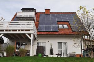 Der Klassiker: Zweifamilienhaus aus den 90er-Jahren, gebaut lange vor Inkrafttreten der EnEV. Vor zwei Jahren saniert mit PV  und Hocheffizienz-Luft/WasserWärmepumpe