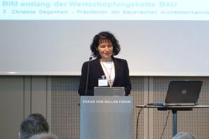 Christine Degenhardt hält das Grußwort auf dem BIM-Kongress in München.