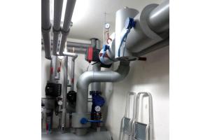 Das Dämmen von Rohrleitungssystemen in schwierigen bzw. verwinkelten Einbausituationen wird durch das schnelle und unkomplizierte Polyfusions-Schweißen deutlich komfortabler.