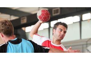 Ein Handballer wirft einen Ball.