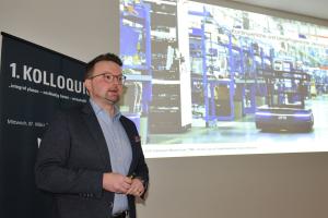 """Adrian Wildenauer, pom+Consulting, während seines Vortrags beim 1. Kolloquium """"integral planen, nachhaltig bauen, wirtschaftlich betreiben"""" des HeizungsJournal-Verlags."""
