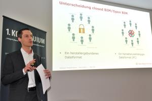"""Bernd Günther, Data Design System, während seines Vortrags beim 1. Kolloquium """"integral planen, nachhaltig bauen, wirtschaftlich betreiben"""" des HeizungsJournal-Verlags."""