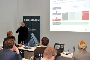 """Ulf Bambach, ATP architekten ingenieure, während seines Vortrags beim 1. Kolloquium """"integral planen, nachhaltig bauen, wirtschaftlich betreiben"""" des HeizungsJournal-Verlags."""