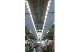 """""""KSP to go""""–Deckenstrahlplatten in einer Industriehalle."""
