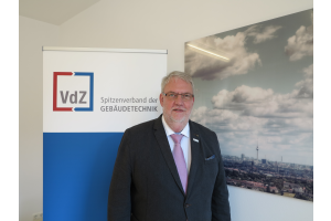 Friedrich Budde vor dem VdZ-Logo.