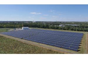 Kollektorfeld und Wärmeübergabestation der Solaranlage Senftenberg.