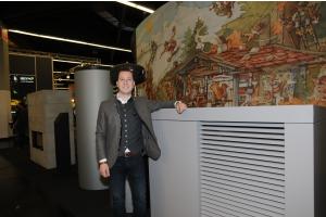 Hubertus Brunner von der Ulrich Brunner GmbH, wassergeführte Systemöfen mit Betonsteinen und die Brunner-Wärmepumpe auf der IFH/Intherm.