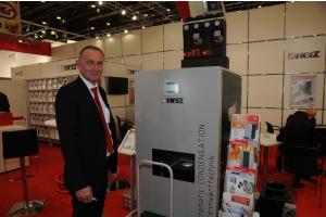 Das neue Hackgut-Brennwertgerät mit 20 und 35 kW Leistung der Herz Energietechnik GmbH und Rainer Höfer auf der IFH/Intherm 2018.