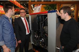 """Der Pelletkessel  """"Pellet elegance"""" mit Mitarbeitern der Solarfocus GmbH auf der IFH/Intherm 2018."""