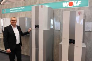 Karl-Heinz Knoll von Wolf stellt die neuen CHC Wärmepumpen-Center vor.