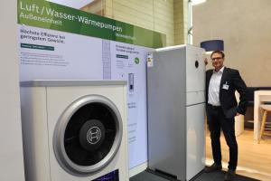 Günther Schlachter von Bosch Thermotechnik und die Luft/Wasser-Wärmepumpe Compress 7000i.