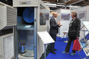 Bernhard Peters von E-quad Power Systems (links) informierte  über Einsatzmöglichkeiten von  Mikrogasturbinen zur KWK.