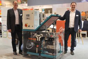 Jens Brüggemann und Mirko Leube von Kraftwerk Kraft-Wärme-Kopplung stellen das Blockheizkraftwerk Mephisto G8 vor.