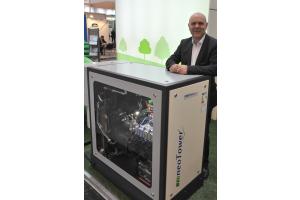 Jürgen Zastrow von RMB/Energie mit dem neuen BHKW neoTower Premium S+.
