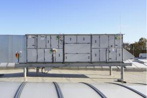 Die Zentrallüftungsgeräte des Kampmanntochterunternehmens Nova werden individuell auf das jeweilige Projekt zugeschnitten und arbeiten mit EC-Ventilatortechnik sowie Wärmerückgewinnungsgraden von bis über 90 Prozent.