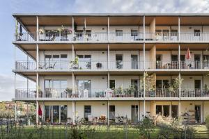 """Das viergeschossige Mehrfamilienhaus """"NESt4"""" von außen."""