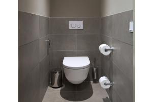 """Schweizer Qualität auch am WC: Hier setzt das Hotel auf die zuverlässigen und reinigungsfreundlichen Wand-WCs der Serie """"Laufen Pro""""."""