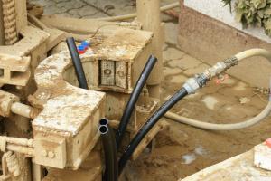 Bohrlochverpressung mit doppelter Entnahmeverrohrung und Rücklauf sowie Verpressleitung für Bentonit.