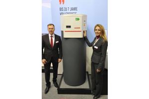 Edda Ewald und Daniel Seifert von Ochsner Wärmepumpen mit der Warmwasserwärmepumpe  Europa 333 Genius.