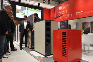 Heinz-Peter Niklaus von Glen Dimplex Thermal Solutions stellt die neue Version der Wärmepumpenserie System M vor.