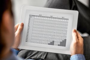 """Tabelle mit Einstellwerten des """"V7K-L""""-Ventileinsatzes auf einem Tablet."""