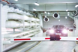 Ein Auto fährt aus einer Garage.