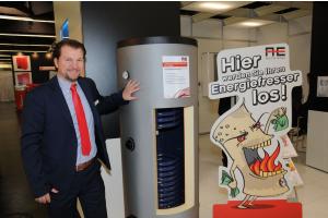 Austria Email GmbH Vertriebsleiter Deutschland Thomas Dambacher mit einem Solarspeicher der Firma.