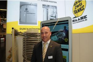 Haase Tank GmbH Projektleiter Mike Seiferheld mit einem Energiespeicher der Firma.